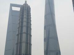 その中でもひときわ高いひねりの入ったビルが1年前の2016年完成の高さ632m、127階建ての上海中心。
