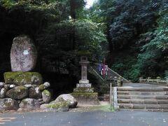足立美術館へ行く前に、天台宗の古刹、清水寺を訪れました。私たちは大門側から入りました。仁王門側からも入れます。(パンフレットによると)このお寺は用明天皇2年(587)尊隆上人によって開かれました。当時この山からは一滴の水も出なかったが7日間祈願したところ、聖なる水が湧出し、雨季にも濁らず、乾期にも枯れず、常に清い水を湛えたことから清い水の出る寺、清水寺と名付けられたと伝えられています。