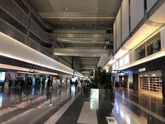 5:30ごろ、羽田空港第一ターミナル到着。 JALの国内線は10年ぶりですから、第一ターミナルもそれ以来です。  朝早くてお店も開いていないし、人が少ないな~。
