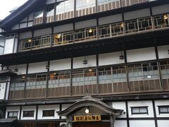 銀山温泉 てくてく、、  堂々とした4階建ての旅館、、