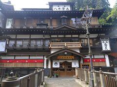 銀山温泉には銀山川を挟んで、風情のある旅館が並んでいます、、  そんな旅館を眺めながらの てくてく、、も 楽しい~♪