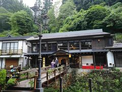 銀山温泉 「伊豆の華」 https://izunohana.com/  < ちょっと、喉が渇いてきたなぁ~ >と入ったお店♪  雰囲気もとってもいい感じ~♪