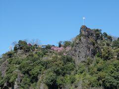 津奈木駅停車前に見える岩山はロッククライミングができるそう。 ミカン畑で見かけるモノレールで登れるらしい。 あとここの名産はスイートスプリング(検索してね)。 (全部車内で教えてもらいました)