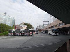 例によって、西鉄久留米から福岡空港へは高速バスで直行します。僕らの他に乗客は6人。飛行機の客の戻りに比べて、バスの復調は鈍いようです。  とうとう10月1日から久留米からの空港バスも減便になってしまい、10時のバスの前後は45分ずつ開いています。