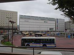 鶴見駅は駅前広場を挟んで、JRの駅と対峙します。  東海道本線の「普通」すら止まらないJR駅の方が、急行停車の京急駅を凌駕する規模です。