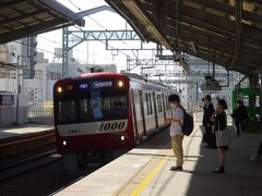 帰りのエアポート急行は、ステンレス車体の1000形でした。近年の京急電車は赤塗装に戻ったので、銀色の車体は例外的な存在です。  勝手に思い描く「京急のイメージ」ではない車両ですが…