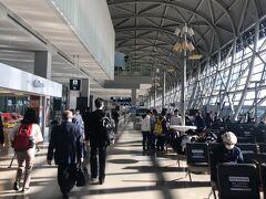そして、あっという間に関西国際空港に到着! 定刻通り8:30着。 とってもキレイな空港ですね。 雰囲気がタイのスワンナプーム空港に似てるかな?!