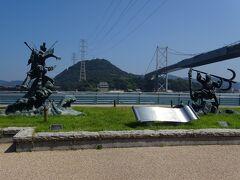 道を挟んで反対側の、みもすそ川公園(壇ノ浦古戦場跡)では源義経と平知盛の像と長州砲のレプリカを見学。