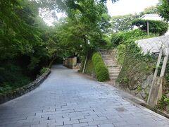 乃木神社から、壇具川沿いと武家屋敷造りの建物が並ぶ城下町を車で見学。16:43空港に向けて出発。