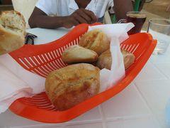 12月14日朝、マッサワの「Yasmin Cafeteria」にて朝食の焼き立てパン。 前回のマッサワ旅行の続きです。 8時半にマッサワを出発し、ケレンに向かいます。