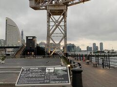 MARINE & WALKをサラッと見た後は ハンマーヘッドクレーンを見に行きました。 日本には3基、世界でも17基しか現存していないとか。