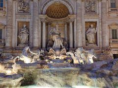バロック様式の噴水です。 噴水に背を向けてコインを一枚投げ入れると ローマ再訪が叶うという話があります。