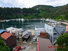 見晴台から小さな漁村波浮港を眺めたみた。 波浮港は、火口湖だったらしく、その地形から風待ちの港とされたそう。