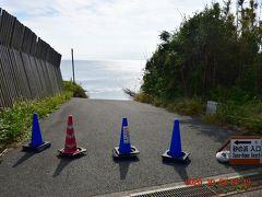 島南南西にある砂の浜へ・・・ 海に続く道路が通行止めになってる。