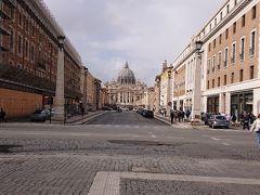 コンチリアツィオーネ通り  ローマ市内中心部からヴァチカン市国へ続く一本道 中央にサンピエトロ大聖堂が見えます。