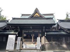 神楽殿は神楽を奉げる御殿です。 隣にお守りの授与しているけれど、まずは正宮を目指します。