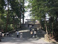いよいよ正宮参拝です。 日本の神々の中でも最高の上級神でおられる天照坐皇大御神がお祀りされています。 さすがにここまでくるとちょっと気も引き締まります。 階段を昇るということも、一歩一歩天照坐皇大御神に近づいているようにも感じました。