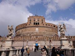 コンチリアツィオーネ通りの先にある サンタンジェロ城  天使像とイタリア国旗とEU旗が両脇を固めています。 139年にハドリアヌス帝の霊廟として建設。 その後は、要塞や居城として使われたそうで 現在は博物館になっています。