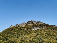 紅葉の具合は街外れの山でこんな感じ 旧道からの眺めの方が良かったな。