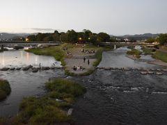 出町柳から賀茂大橋へ。  飛び石伝いに川を渡っている人たち。