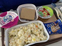ルアンパバーンへGo!長旅ですがまずは成田空港から上海へ、中国東方航空で飛び立ちます。 機内食はチャーハン?ピラフ?おいしくない…
