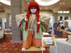ホテルに到着。巨大な武者人形がお出迎え。
