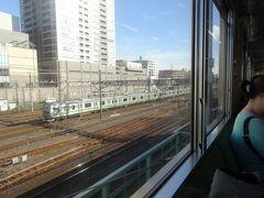 さらりと乗客で席が埋まった状態で、鶴見駅を発車。都会のローカル線とも評されるけど、3両編成の席が埋まるのだから、そこは首都圏です。  しばらく一段高い位置を走り、このまま東海道線・京浜東北線をオーバークロスして臨港地帯へと足を踏み入れます。