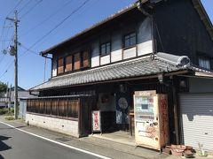 日野の町は旧家が多く、路地裏に立派な 古民家が多くあります。  こちらのパン屋さんも看板がなかったら、 ただの家かと思うほどの佇まいです。