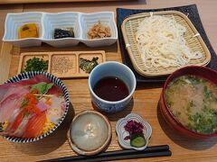 市場海鮮焼 海味(うまみ)さんに決定。 五島うどんとミニ海鮮丼御膳1450円。 海鮮丼も五島うどんも美味しいけど、小鉢三種とあら汁がウマ~い。
