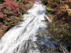 2日目。早起きして湯滝までバス。この時は晴れていました。 さすがに週末、いろは坂は渋滞、竜頭の滝でも渋滞。湯滝までバスで2時間ぐらいかかりました。