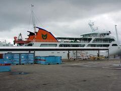 運天港からフェリーいへやⅢに乗船します。湾外に出ると、なかなかの波でした。