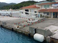 伊平屋島に到着です。昼食は、船中で沖縄の安くて美味い弁当を食べました。若干名、船酔いで苦しんでいましたが。 宿に送ってある機材を受取り、さっそく海へ。