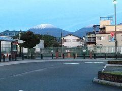 今市駅前で男体山に積雪です。