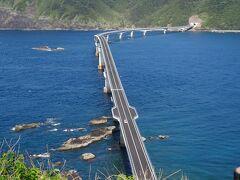 下甑島に渡り、鳥の巣展望台より見る甑大橋(1533m)(下甑島は周囲が84kmで最高峰が604mです。)