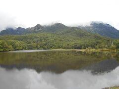 ぐるっとまわって鏡池の湖畔にでました。随神門からは40分かかりました。 鏡のように静かな湖面。映りこんだ山の姿がさざ波で揺れることもない。まさに鏡のような池。背後の山が雲に隠れていなければ最高の眺めになったはず。