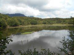 小鳥ヶ池。鏡池同様、静かな湖面。鏡池より小さいが、僕にはほどほどの大きさ加減が戸隠に似合っていると感じました。