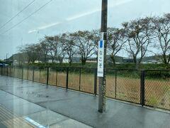 外はずっと雨で車窓もロクに楽しめません。 出発して2時間強で勿来駅に到着。 福島県に入ってきました。