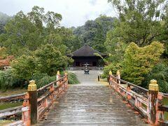 拝観料500円を払って中に入ります。 橋を渡ったの先に阿弥陀堂が見えます。
