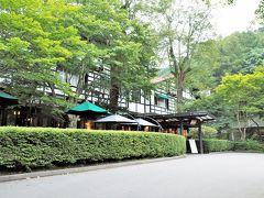 森の中に立つ万平ホテルへ  でもやっぱりここも人気スポット。アップルパイが食べたくて行ったカフェは順番待ち。