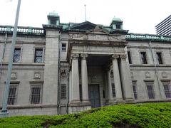 向かいには日本銀行大阪支店、ディーン・フジオカが朝ドラで演じた五代友厚氏の邸宅跡なんですよね。