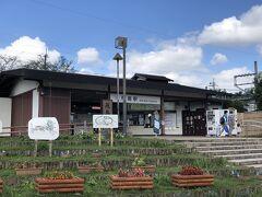 10:20 やっと飛鳥に到着!  気候もいいし、もっと観光客がいるかと思ったら、飛鳥駅で降りたのは私を含めて3人くらいで・・・。おや、観光客が少ないな。 この日はまだキトラ古墳の公開も奈良の正倉院展も始まっていなかったので(どちらも次の週からでした!)観光客が少なめだったのかもしれません。  駅前はの~んびりした雰囲気で、初めて来たけどいっぺんに大好きになってしまいました!