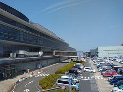 車中泊後は再び国道19号に戻り春日井まで走る。そこから横道にそれて県営名古屋空港へ。エアポートウォーク名古屋になってからは初めての来訪。もともと名古屋空港時代の国際線ターミナルだった場所をショッピングモールに切り替えて運用している。なのでPBB(搭乗橋)の一部が今も残っている。  ちなみに初めて海外へ出かけたのは、ここ名古屋空港からだった。ある意味懐かしい。