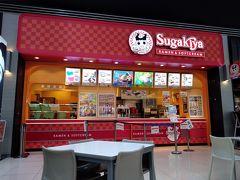 さて名古屋空港に到着したのはいいけれど、まだ「あいち航空ミュージアム」の開館まで時間がある。せっかく名古屋に来ているんだから近くの喫茶店にでも行ってモーニングでもと思っていたが、エアポートウォークの中に名古屋人のソウル飯である「スガキヤ」があると知ってそちらへ。朝ラーメンをキメる。