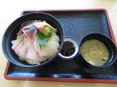 駅のすぐそばにある「くり屋食堂」(2つ上の写真の左上に見える)で昼食。カンパチマグロ丼(860円)。