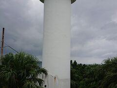海沿いに住んでいると、岬にあるってイメージだったんだけど。 島の高い所に灯台がありました。