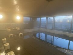 少しボ~っとしてから朝風呂へ。 外の景色を楽しみながらゆっくり湯船につかっていました。
