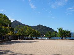 宮島桟橋に到着し、桟橋前広場に来ました。 あれ、シカがいない。 人もいない。