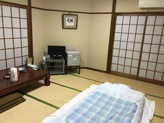 レンタカーを返却し、今宵のお宿旅館松浜へ。クラッシックな普通の日本旅館といった感じ。夕食はならば早くして欲しいと言われ、10分ほど休んだ19時からにしてもらいました。