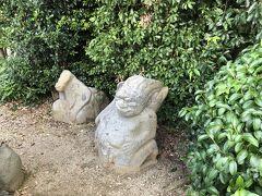 さすが天皇陵、宮内庁の管理で周りも綺麗に整備されています。  猿石は柵の中に4体ありました。 確かに変な石・・・。 こんな物が田んぼの中から見つかったら、ビックリするよ~。  天皇陵は中に入れるわけでもないので、遠くから見学して終了。