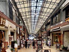 熱海駅前平和通り商店街は、JR熱海駅からつながるアーケードのある、商店街で、熱海サンビーチなどの観光地に繋がる商店街でひときわ賑やかな通りです。